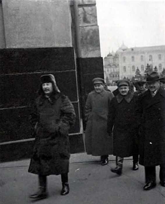 Сталин направляется на Красную площадь на празднование XXII годовщины Октября, 7 ноября 1939 года. / Фото: www.history.wikireading.ru