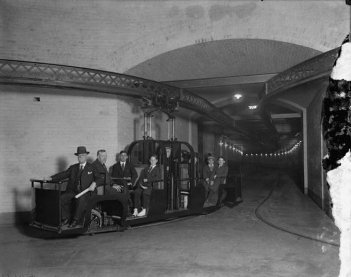 Члены сената в монорельсовом поезде. / Фото: www.atlasobscura.com