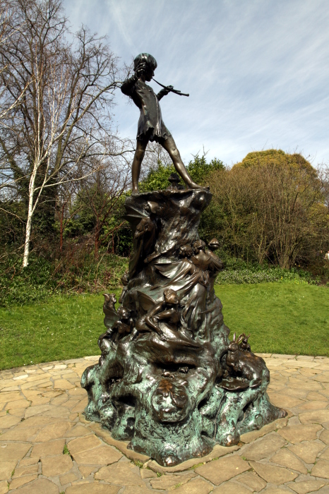 Памятник  Питеру Пэну в Кенсингтонских садах. / Фото: www.wikimedia.org