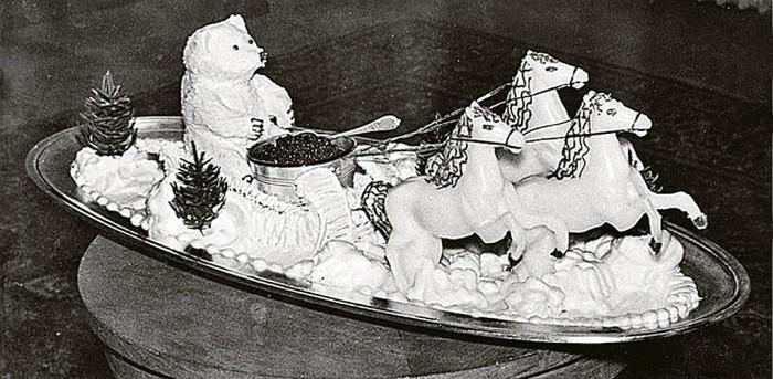 Одно из украшений кремлевского стола - декоративная композиция «Мишка на тройке» с вазой, наполненной черной икрой. Фото конца 1950-х. / Фото: www.kpcdn.net