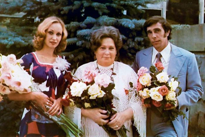 Андрей Болтнев и Наталья Мазец в день свадьбы, с мамой актёра Ниной Константиновной. / Фото: www.7days.ru