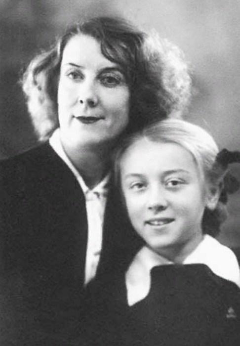 Маргарита Терехова в детстве с мамой.  / Фото: www.2aktera.ru