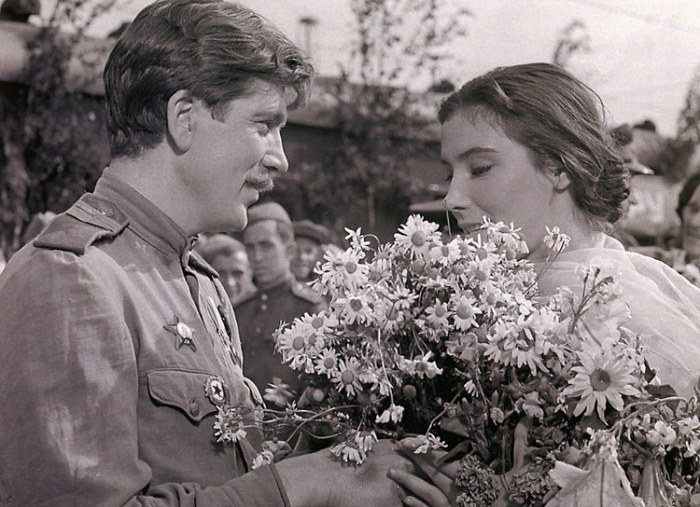 Татьяна Самойлова и Валентин Зубков, кадр из фильма «Летят журавли». / Фото: www.kino-teatr.ru