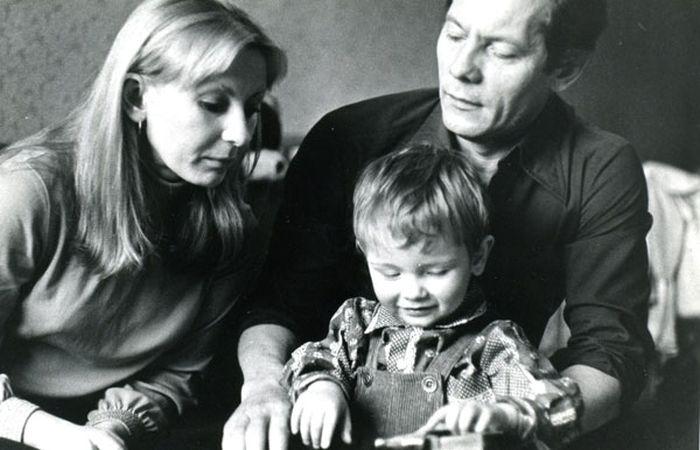 Михаил Жигалов и Ирина Маликова с сыном. / Фото: www.kino-teatr.ru