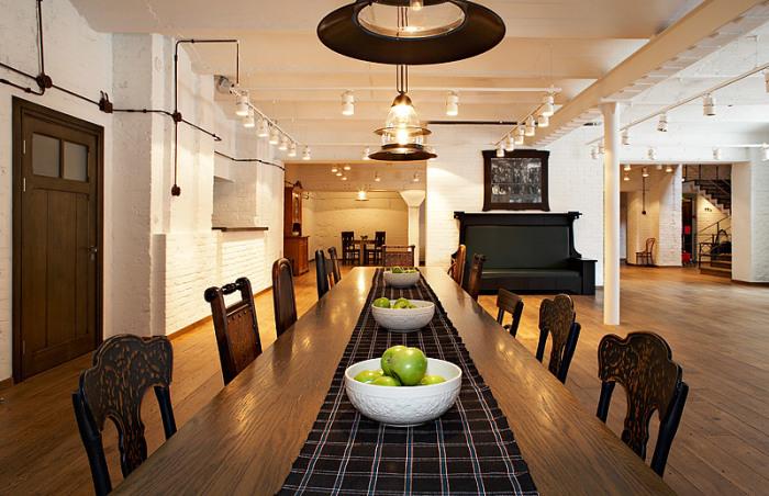 В фойе театра на столе всегда есть зеленые яблоки, которые попробовать может каждый зритель. / Фото: www.colta.ru