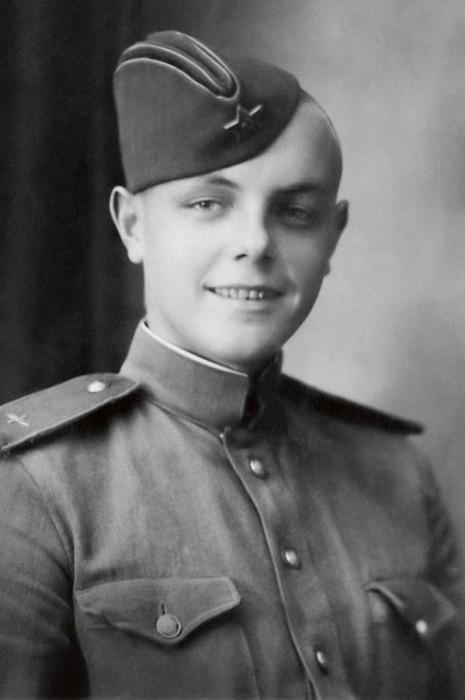 Кирилл Лавров во время службы в армии. / Фото: www.livejournal.com