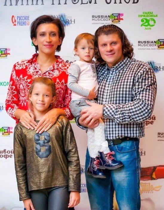 Елена Борщёва и Валерий Юшкевич с Мартой и Умой. / Фото: www.starhit.ru