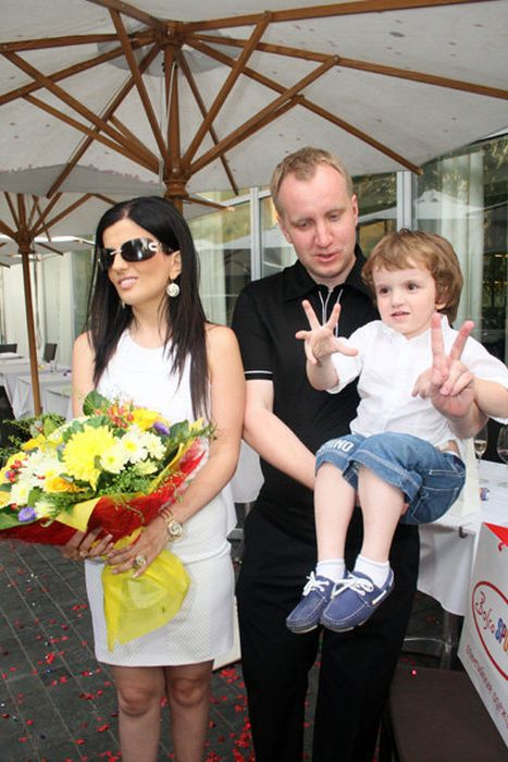 Диана Гурцкая и Петр Кучеренко с сыном. / Фото: www.wmj.ru