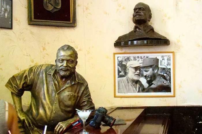 Памятник Хемингуэю, перед которым ежедневно ставят коктейль. / Фото: www.escambray.cu