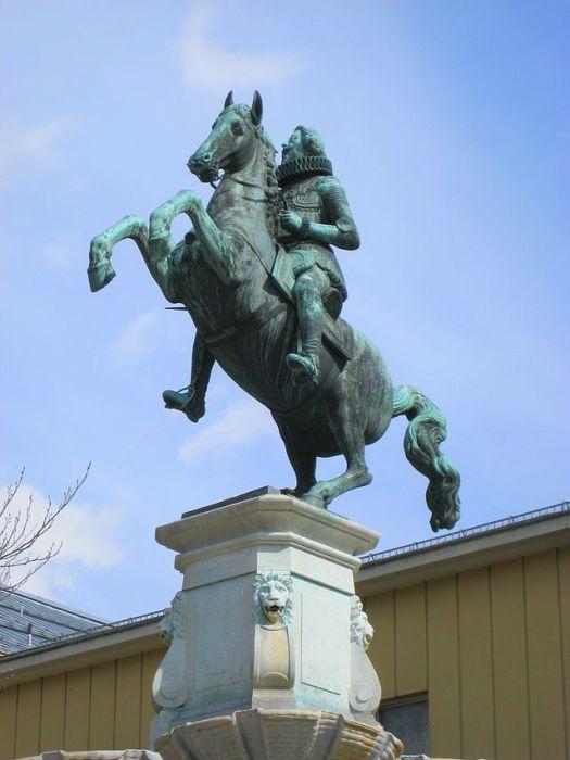 Скульптурное изображение эрцгерцога Леопольда V . / Фото: www.esosedi.org