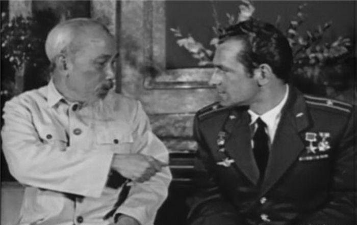 Президент Хо Ши Мин беседует с летчиком-космонавтом СССР Германом Титовым во Вьетнаме в 1962 году. / Фото: www.lecourrier.vn