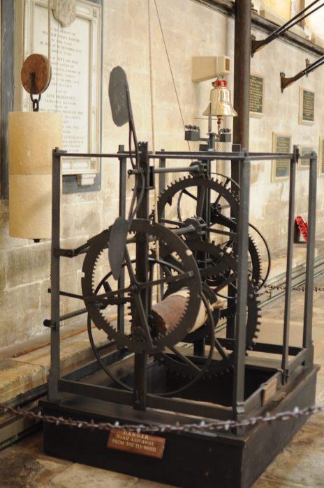 Средневековые часы в соборе Солсбери. / Фото: www.atlasobscura.com