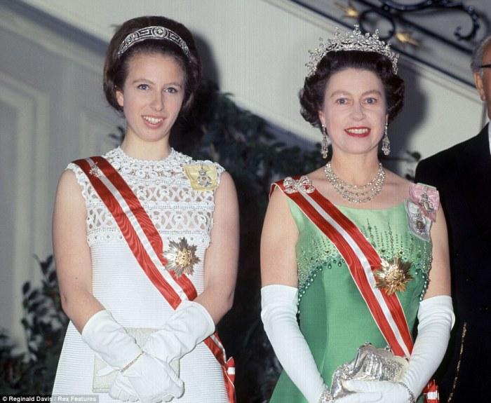 Принцесса Анна с матерью, 1969. Фото: www.dailymail.co.uk