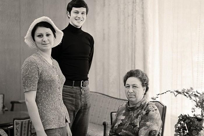 Внучка Брежнева - Виктория - с бабушкой и первым мужем Михаилом Филипповым. 1973 год. / Фото: Владимир Мусаэльян/TASS