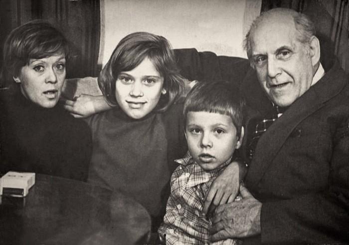 Алиса Фрейндлих с дочерью Варей, племянником Алешей и отцом Бруно Артуровичем. / Фото: www.bump.ru