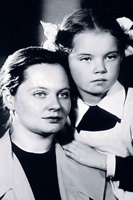 Наталья Воробьёва в детстве с мамой. / Фото: www.7days.ru