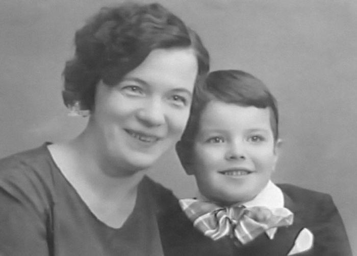 Вячеслав Шалевич с мамой. / Фото: www.1001material.ru