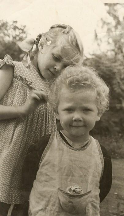 Лайма Вайкуле (слева) в детстве. / Фото: www.laima.com