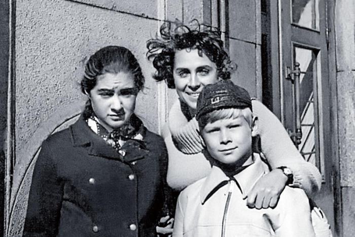 Галина Гриценко с дочерью и сыном.  / Фото: www.7days.ru