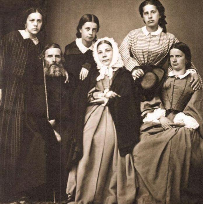 Владимир Даль с женой Екатериной и дочерьми. / Фото: www.mydinasty.com