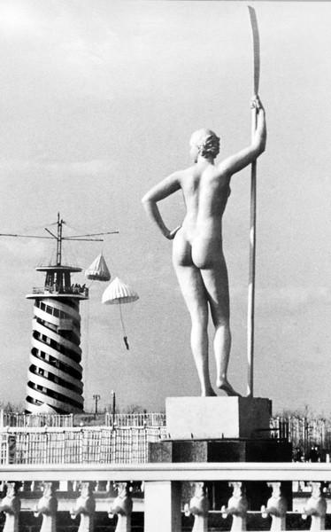 «Девушка с веслом» Ивана Шадра.