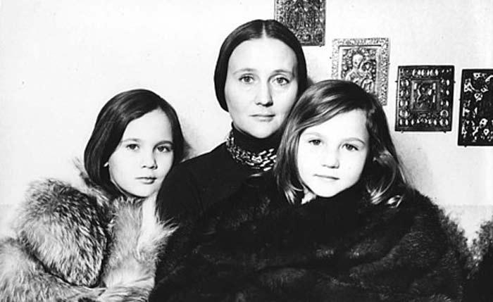 Дарья Дроздовская в детстве с мамой и сестрой. / Фото: www.stuki-druki.com