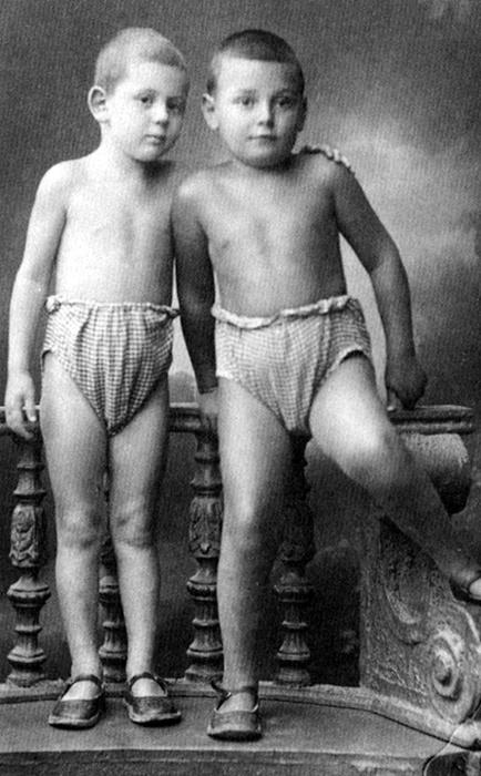 Артём Сергеев и Василий Сталин в детстве. / Фото: www.artyushenkooleg.ru