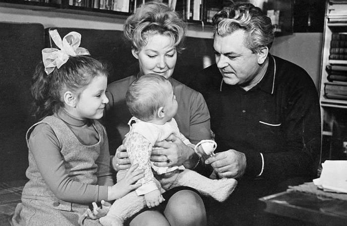 Сергей Бондарчук и Ирина Скобцева с детьми. / Фото: www.dailyherofor.me