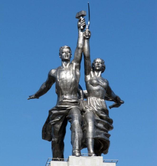 """Знаменитая работа Веры Мухиной """"Рабочий и Колхозница"""". / Фото: www.colors.life"""