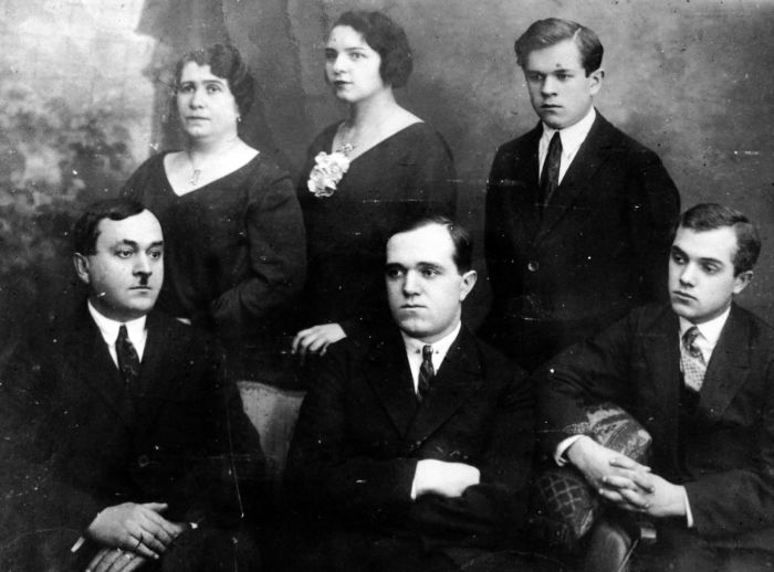 Александр Васильевич (слева) в кругу семьи. / Фото: www.tverlife.ru