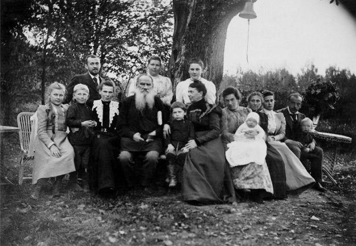 Лев Толстой в кругу семьи. / Фото: www.izbrannoe.com