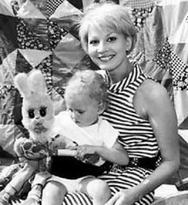Татьяна Веденеева с сыном Димой. / Фото: www.kino-teatr.ru