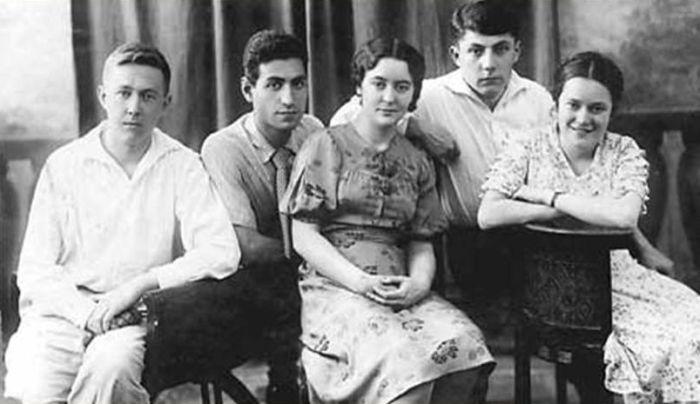 Друзья юности: А. Солженицын, К. Симонян, Н. Решетовская, Н. Виткевич, Л. Ежерец. Май 1941 г. / Фото: www.reshetovskaya.ru