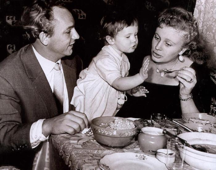 Николай Рыбников и Алла Ларионова с дочерью.  / Фото: www.newsland.com