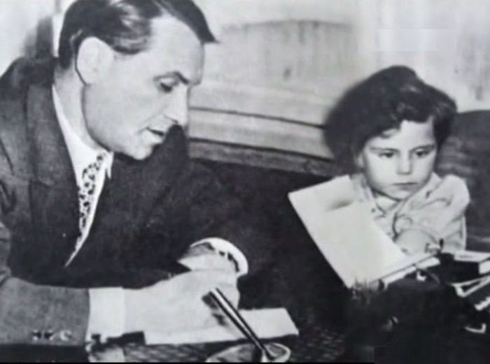 Марк Бернес с дочерью. / Фото: www.kleinburd.ru