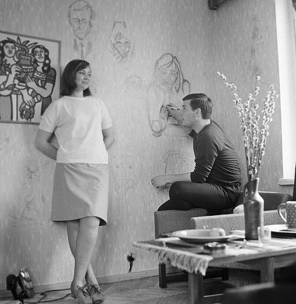 Советский кинооператор А. Чардынин рисует на стене портрет своей жены.Фото: www.aif.ru