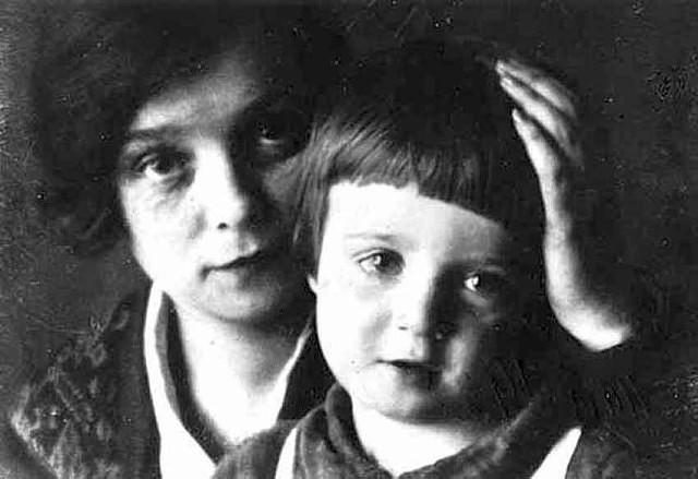 Надежда Вольпина с сыном поэта Александром. / Фото: www.mycdn.me