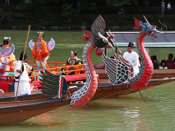 Парад лодок на воде - традиционный праздник. / Фото: www.travelinfo.pro