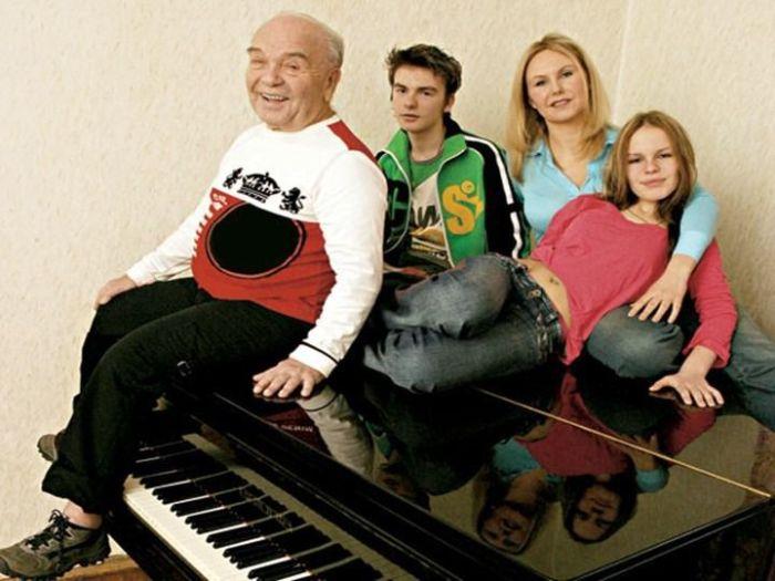 Владимир Шаинский с женой и детьми. / Фото: www.myshared.ru