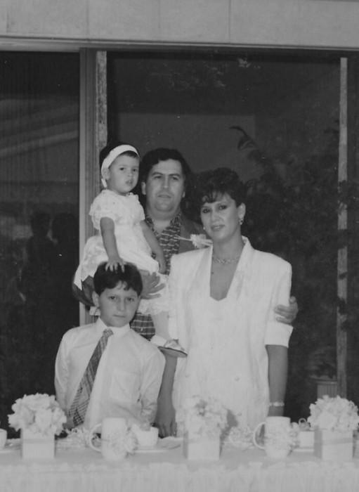 Пабло Эскобар с женой Марией, сыном и дочерью. / Фото: www.ruinformer.ru
