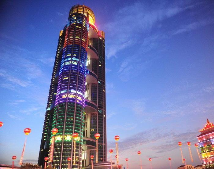 Подсвеченный яркими огнями, небоскрёб выглядит особенно впечатляюще. / Фото: www.njsbz.com