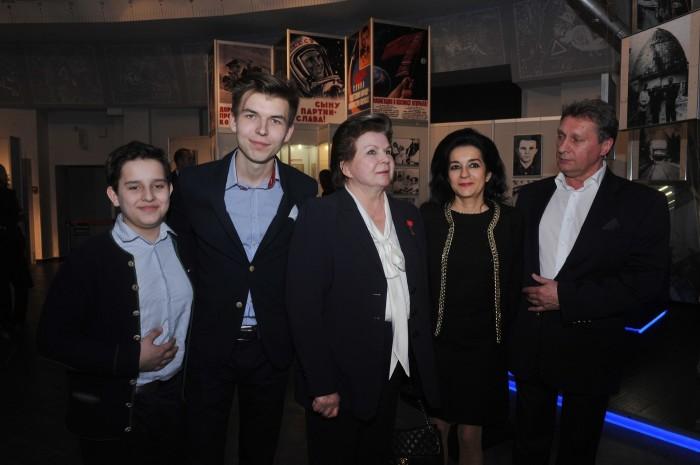 Валентина Терешкова с внуками Андреем, Алексеем, дочерью Еленой и зятем Андреем. / Фото: www.woman.ru