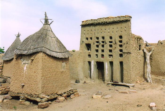 Типичное жилище догонов и ангар с соломенной крышей. / Фото: www.moxon.net