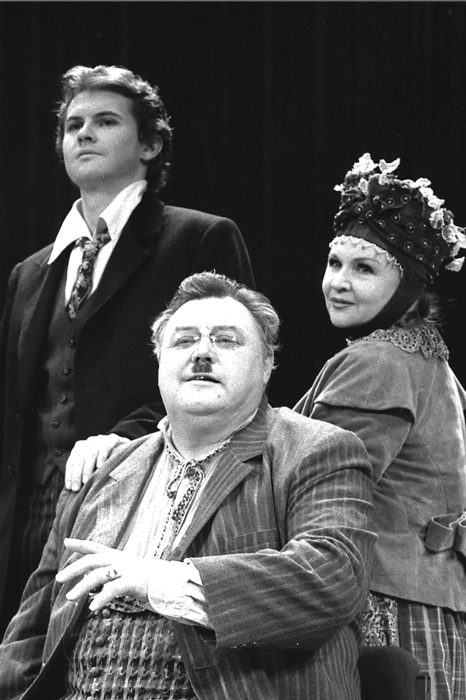 Вячеслав Невинный на сцене МХАТа с женой и сыном. / Фото: www.all.culture.ru
