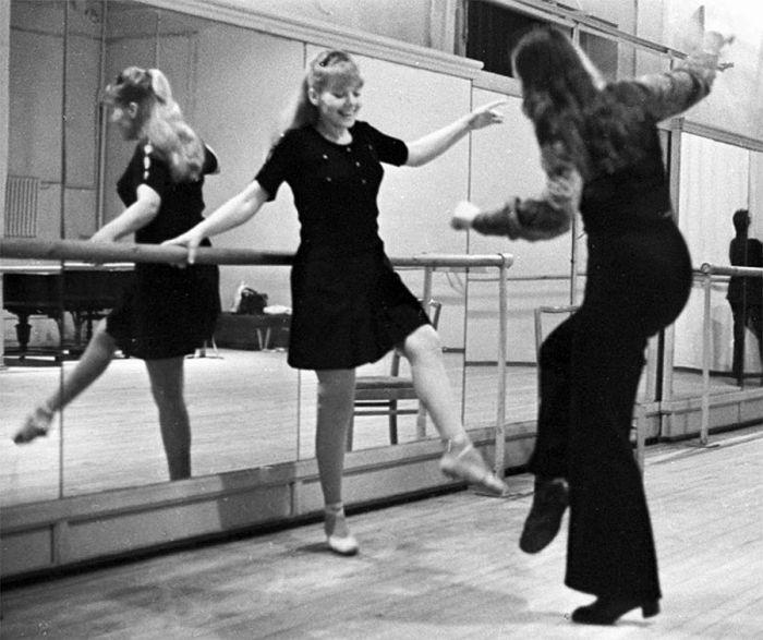Актриса Ленинградского театра музыкальной комедии Людмила Сенчина (слева) на занятиях в балетном классе, 1974 год. / Фото: www.picworld.ru
