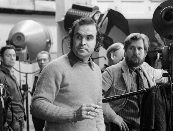 Кинорежиссер Глеб Панфилов (в центре) в павильоне   студии «Ленфильм». / Фото: www.ria.ru