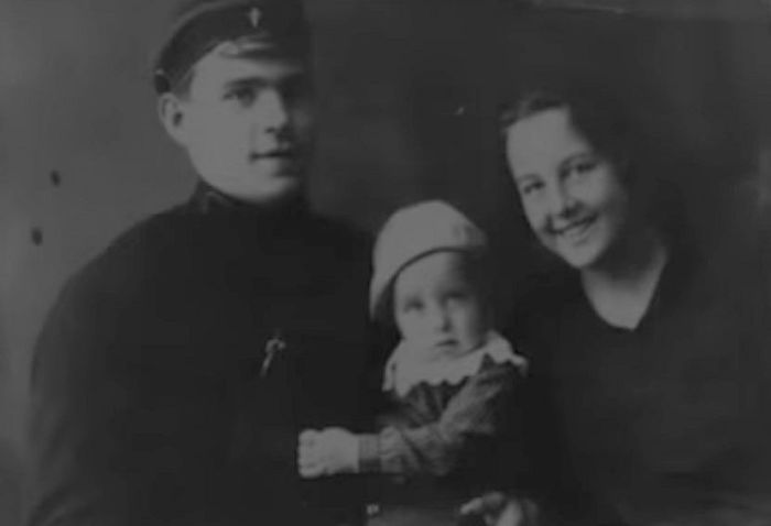 Зоя Воскресенская и Владимир Казутин с сыном. / Фото: www.russia.tv