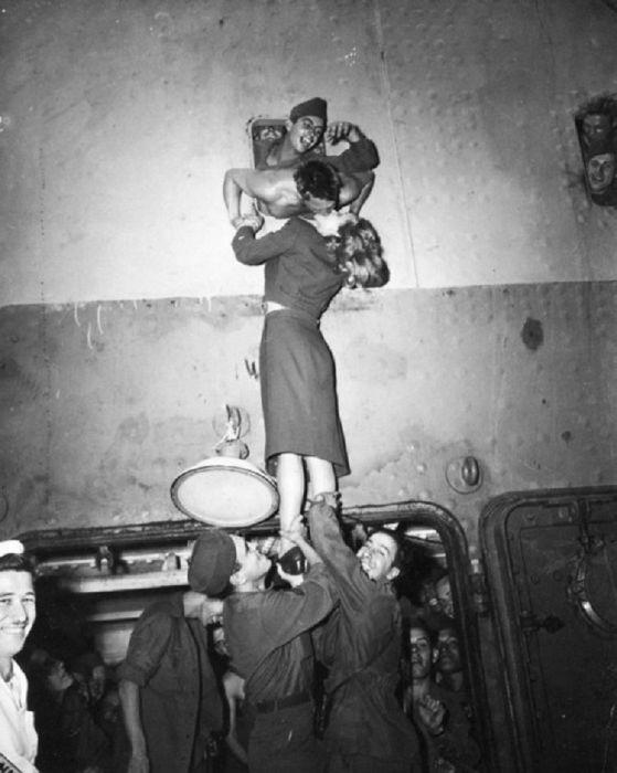 Марлен Дитрих целует солдата. / Фото:  Ирвинг Хаберман