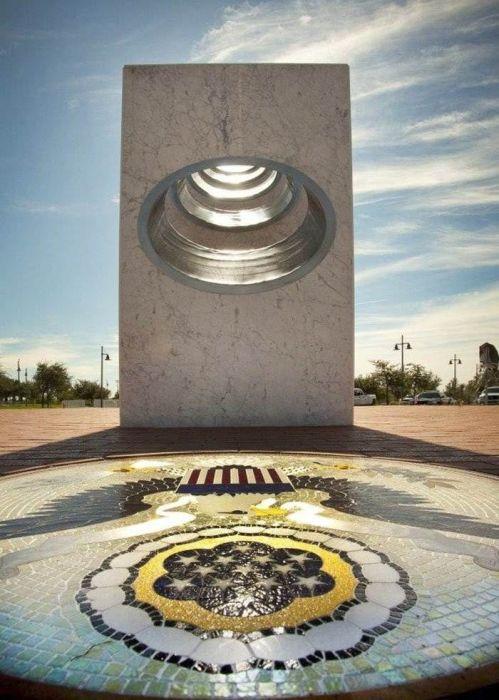 11 ноября в 11 часов 11 минут памятник преображается. / Фото: www.maksishow.ru