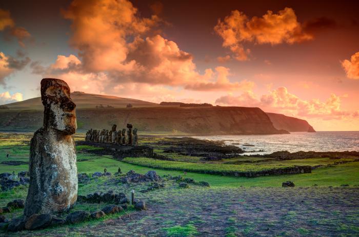 На закате истуканы выглядят особенно впечатляюще. / Фото: www.vt.co